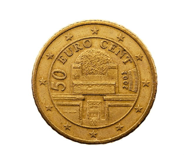 Fotografierte nahaufnahme auf weißer münze euro fünfzig cent, österreich