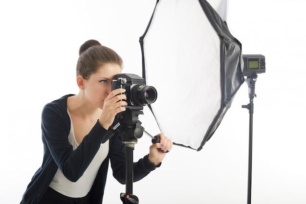 Fotografin im studio arbeiten
