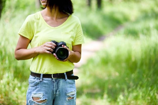 Fotografin mit fotokamera in der hand im freien