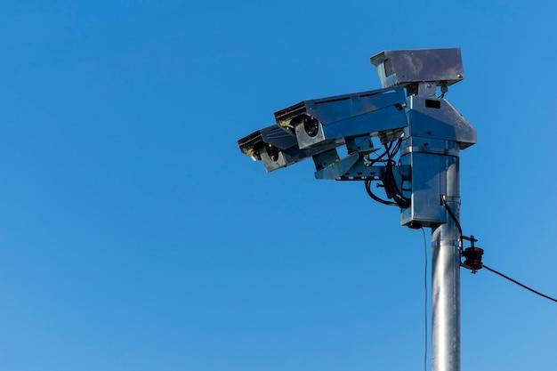 Fotografisches radar zur geschwindigkeitsregelung. blauer himmelshintergrund