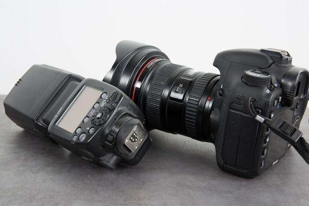 Fotokamera und blitz isoliert