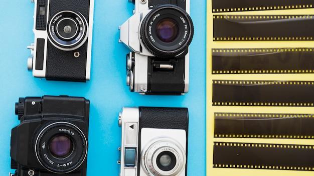 Fotokameras in der nähe von filmstücken