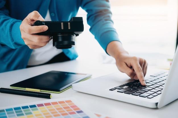 Fotokünstler und grafikdesigner arbeiten.