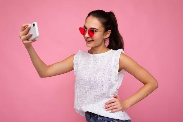 Fotoporträt der jungen attraktiven schönen positiven lächelnden brunettefrau mit aufrichtigen gefühlen
