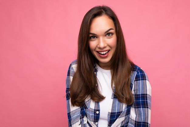 Fotoporträt der jungen schönen lächelnden brünetten frau des hippies im modischen blauen und weißen hemd und