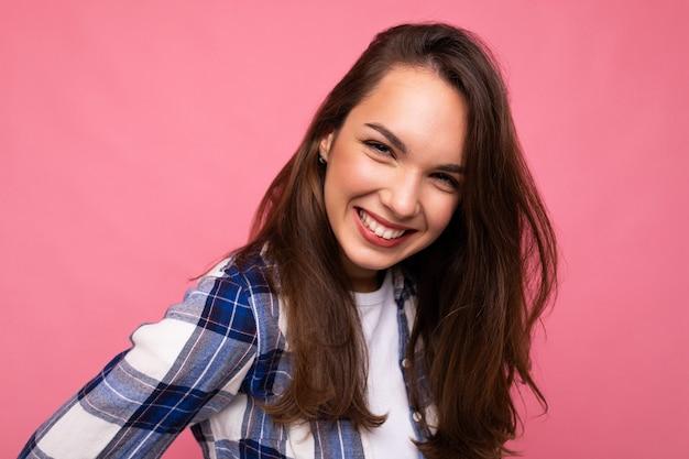 Fotoporträt der jungen schönen lächelnden hippie-brünettefrau im modischen blauen und weißen hemd sexy