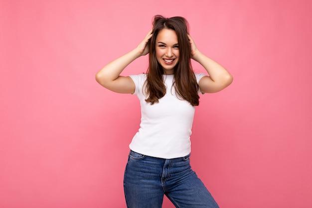 Fotoporträt der jungen schönen lächelnden hippie-brünettefrau im weißen t-shirt mit mockup sexy