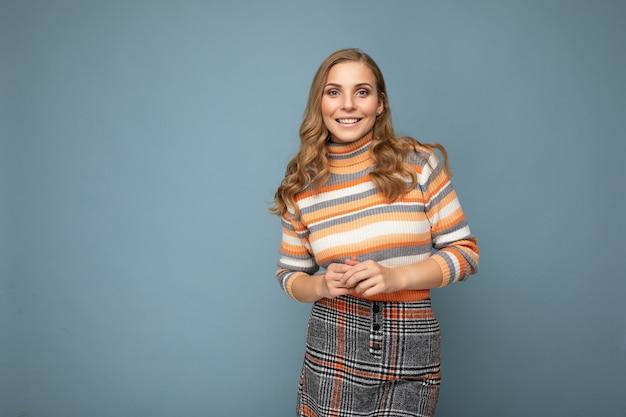 Fotoporträt der jungen schönen netten positiven lächelnden blonden frau, die gestreiften pullover trägt