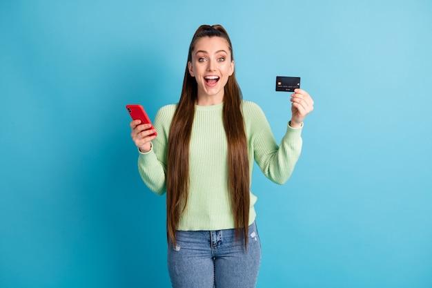 Fotoporträt einer schreienden frau, die eine telefonbankkarte isoliert auf pastellblauem hintergrund hält