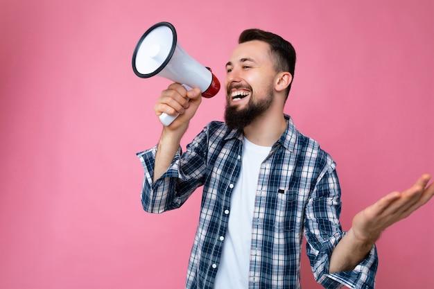 Fotoporträt eines jungen, gutaussehenden, glücklichen, lächelnden, unrasierten mannes mit bart mit aufrichtigem
