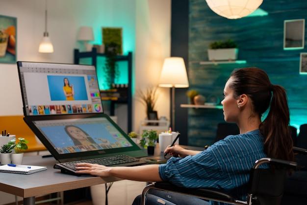 Fotoproduktionskünstler, der retuschearbeiten im bürostudio unter verwendung eines digitalen tablet-stylus-computermonitors mit professioneller ausrüstung durchführt. bearbeitende frau, die für den retuschierjob arbeitet