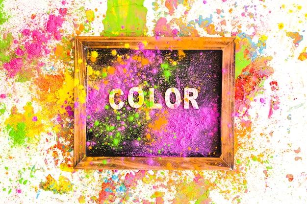 Fotorahmen mit farbbeschriftung zwischen haufen von hellen, trockenen farben
