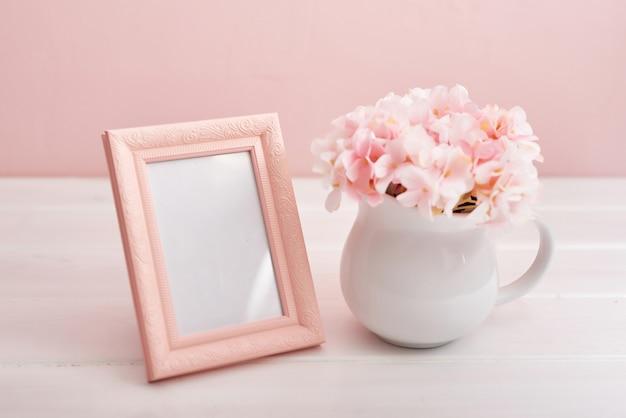 Fotorahmen und vase mit blumen