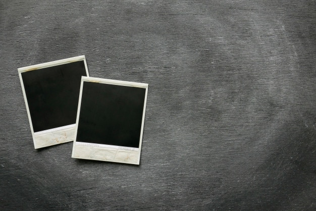 Fotorahmen von polaroid auf schwarzem hintergrund.