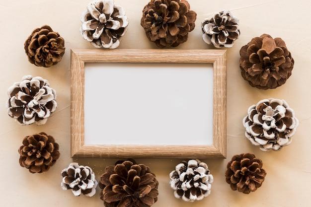 Fotorahmen zwischen ansammlung dekorativer haken