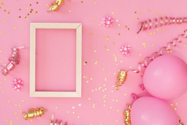 Fotorahmenspott oben mit raum für text, goldener konfetti auf weißem hintergrund.