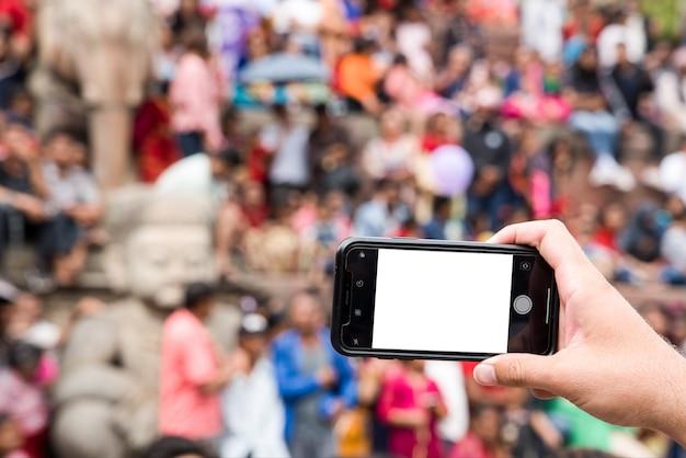 Fotos mit einem smartphone in gedrängtem quadrat mit unscharfem hintergrund machen. weißer smartphone-hintergrund.