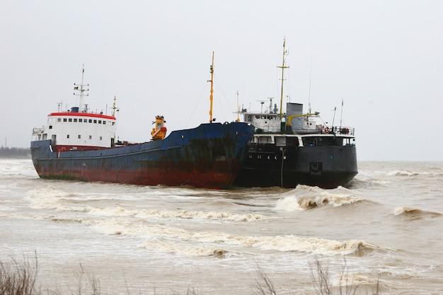 Fotos von schiffen, die von einem sturm an die küste in der nähe von odessa geworfen wurden