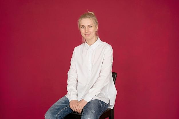 Fotoshooting-konzeptmädchen, das ein weißes hemd trägt