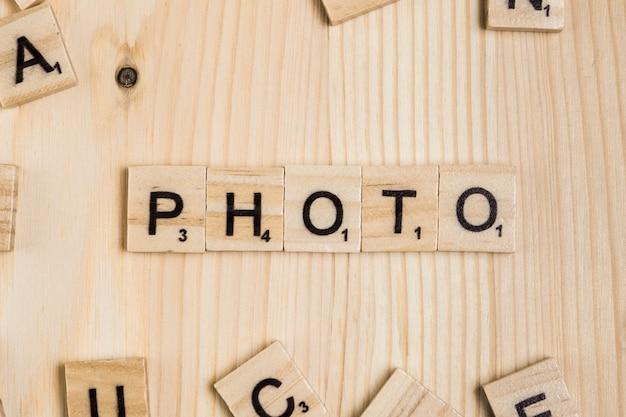 Fotowort auf hölzernen fliesen
