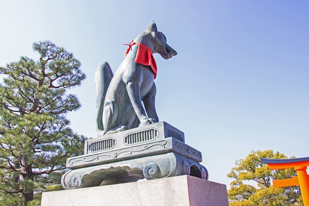 Fox-statue am eingangstor von schrein fushimi inari, kyoto.