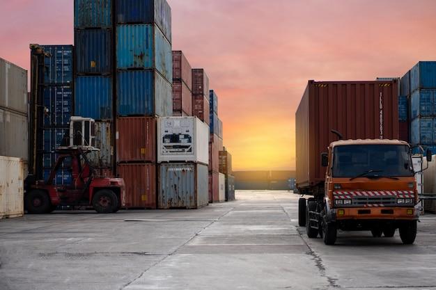 Fracht-lkw-containertransport in einem frachtschiff mit industriekran.