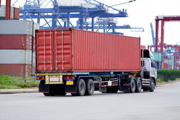 Fracht-roter container-lkw in der schiffshafen logistik