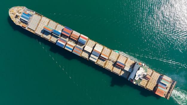 Frachtbehälter im fabrikhafen am industriegebiet für importexport herum in die welt