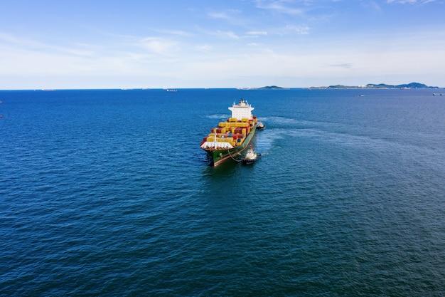 Frachtcontainer der industriegeschäftslogistik versenden durch die seekamera aus der luftaufnahme der drohne