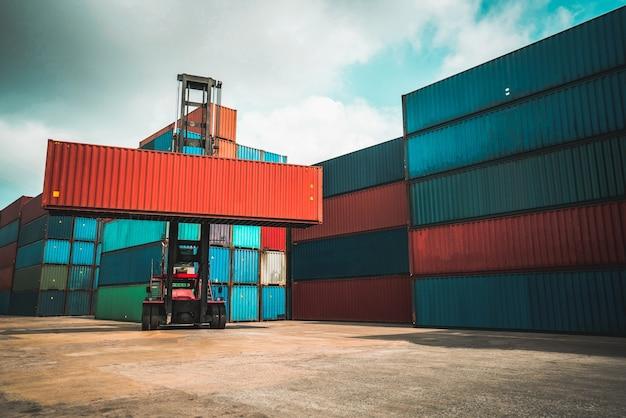 Frachtcontainer für überseeschifffahrt in werft mit schwerer maschine.
