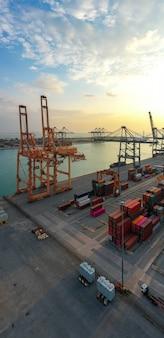 Frachtcontainer im fabrikhafen im industriegebiet für den import export in der welt, handelshafen