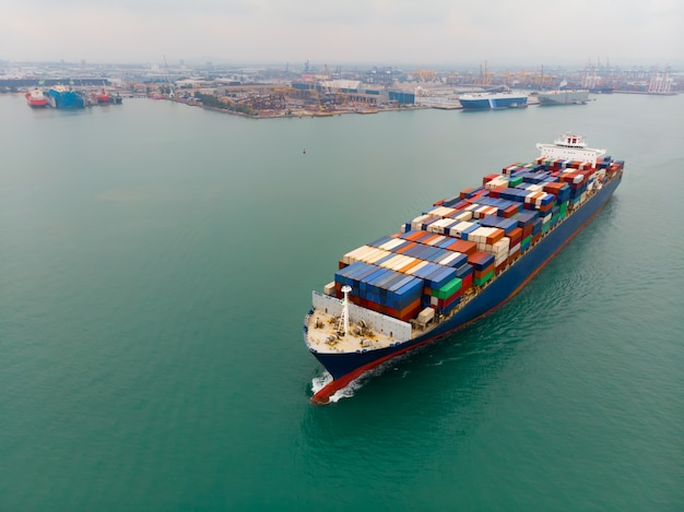 Frachtcontainerschiff, das behälterimport- und -exportwaren trägt