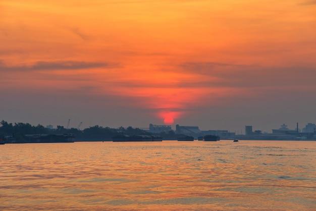Frachtschiff auf fluss bei sonnenaufgang