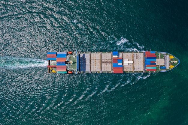 Frachtschiff, das von der drohne auf dem meeressichtblick segelt