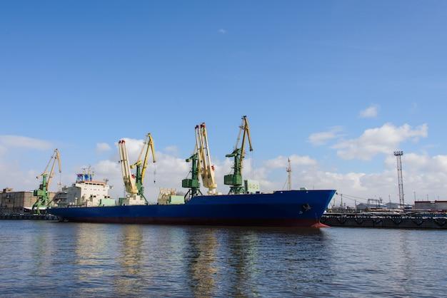Frachtschiff festgemacht