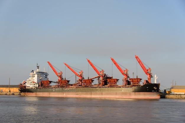 Frachtschiff im hafen festgemacht