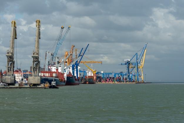Frachtschiffe im hafen, portalkrane