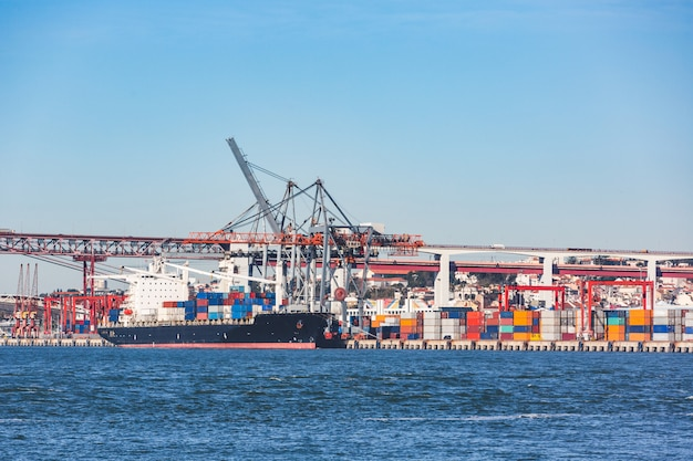 Frachtschiffladenbehälter im lissabon-hafen