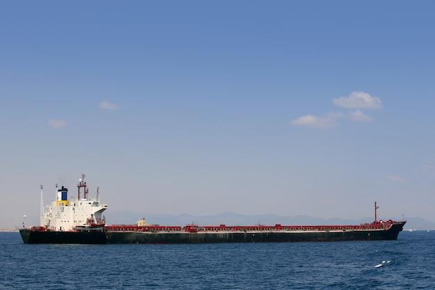 Frachtschiffsegeln auf hoher see