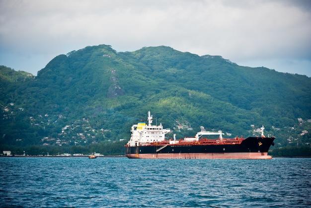Frachtschiffsegeln im indischen ozean