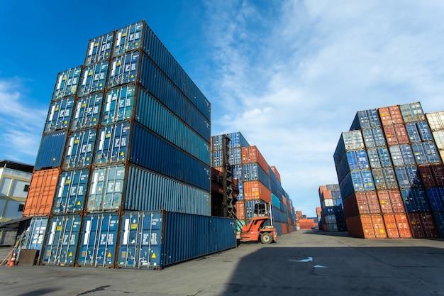 Frachtversandcontainerbox im logistischen versandhof.