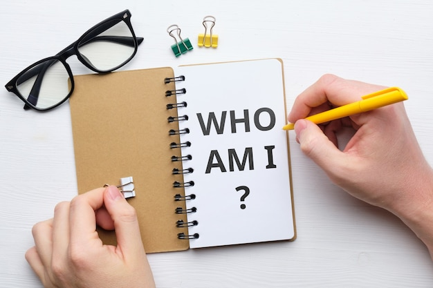 Frage, wer bin ich konzept auf papier in notizbuch
