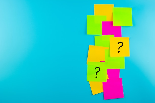 Fragen markieren sie häufig (?) wörter in papierform. faq (häufig gestellte fragen), antwort, fragen und antworten, kommunikation und brainstorming, international ask a question day konzepte