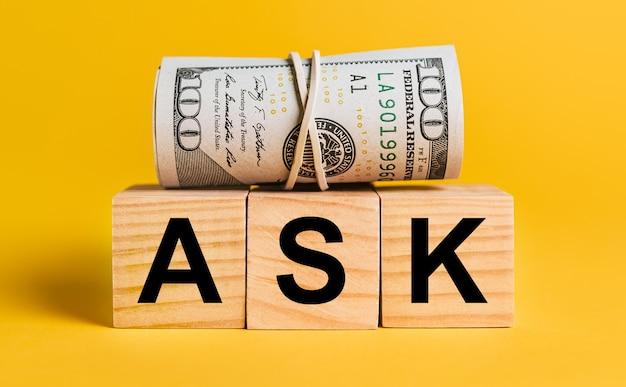 Fragen sie mit geld auf einem gelben platz