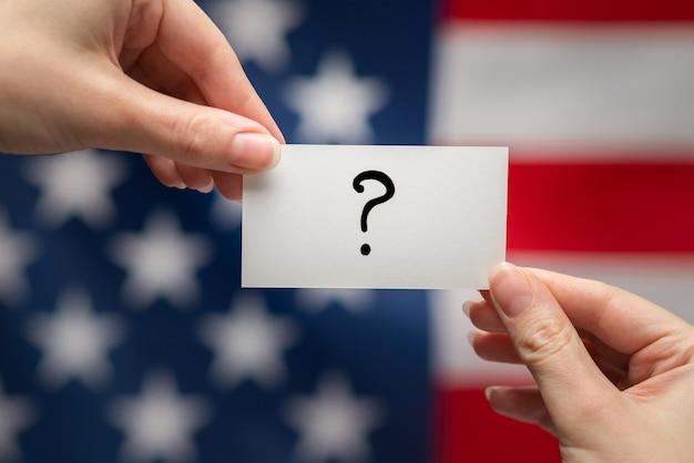 Fragezeichen auf einer karte amerikanische flagge