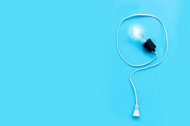 Fragezeichen aus glühbirne auf blauem hintergrund.
