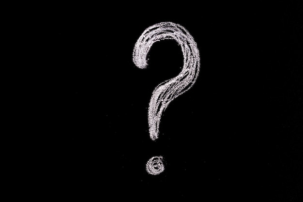 Fragezeichen hand gezeichnet in kreide auf einer tafel