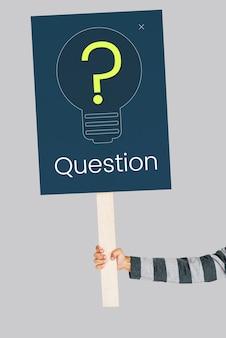 Fragezeichen-symbol, das an eine lösung denkt