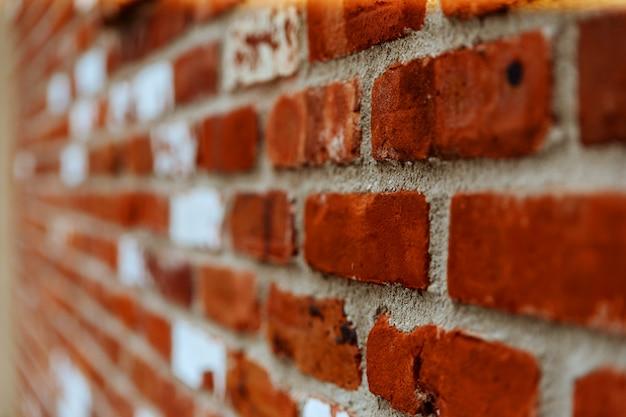 Fragment der braunen backsteinmauer mit einer geringen schärfentiefe, einem winkel zur ebene.