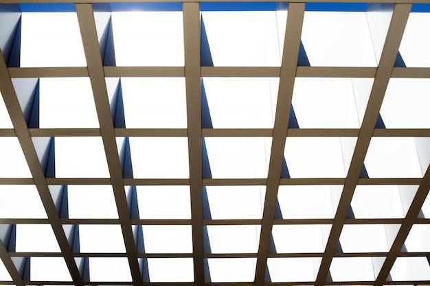 Fragment der modularen stahlkonstruktion der decke oder des dachs. abstrakter hintergrund.